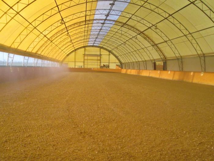 März 2014: Sanierung Reithallenboden mit einem hochwertigen neuen Reitboden aus Quarzsand, Vlieshäckseln und Fasergemisch
